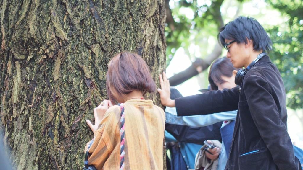 木に触れる
