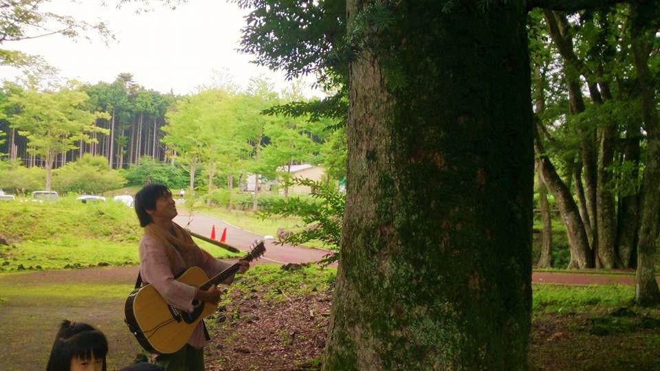 モミの木に歌を聞かせる。