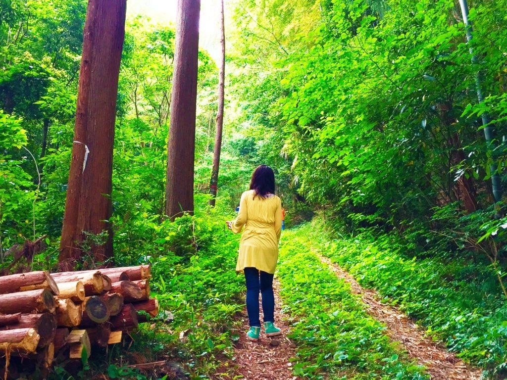 森の中の山崎さん。