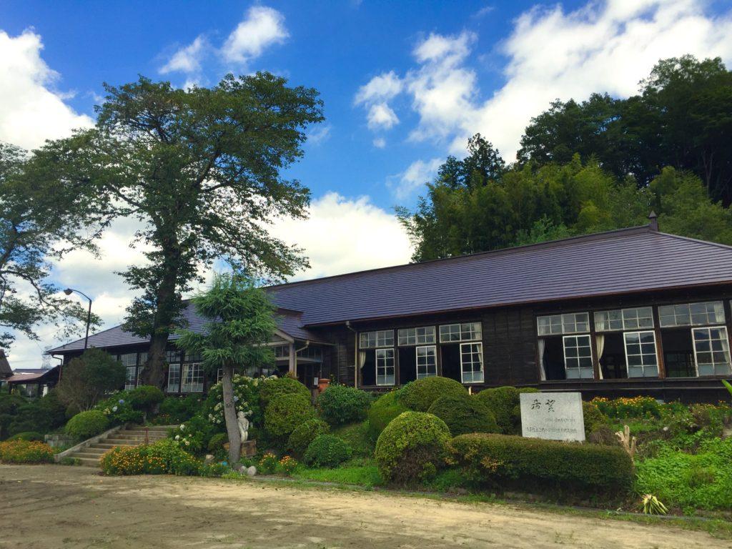上岡小学校全景。