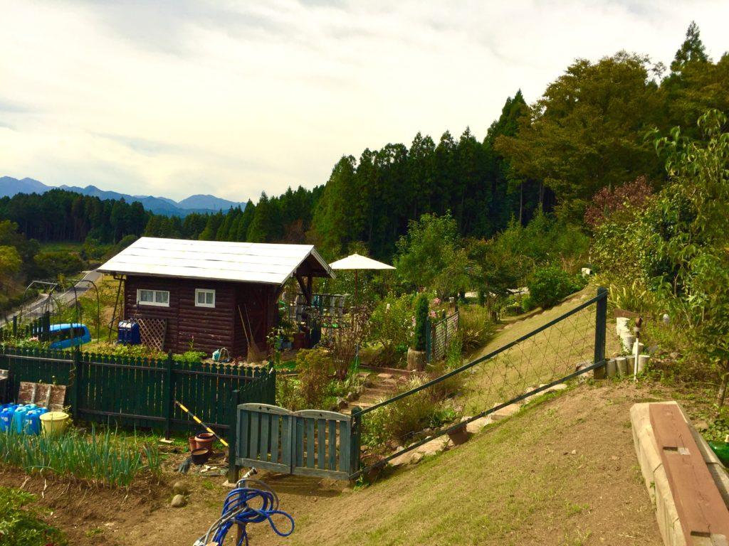 畑と洋風庭園。