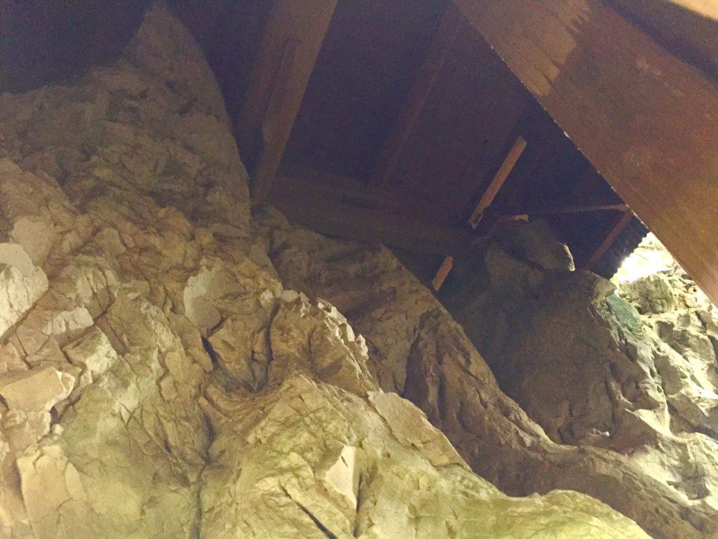 突き上げる石灰石。