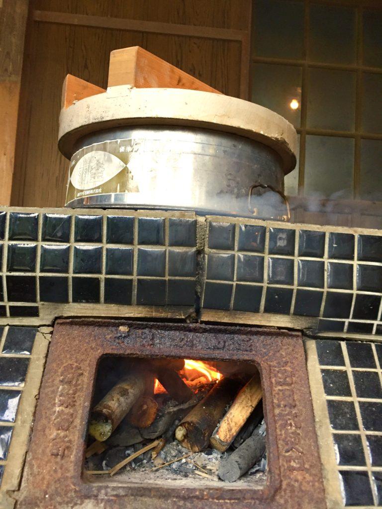 羽釜で炊く。