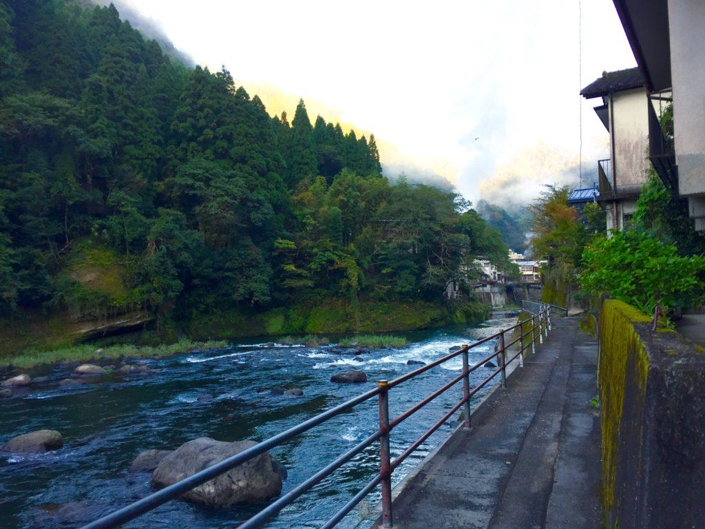 川沿いを歩く。