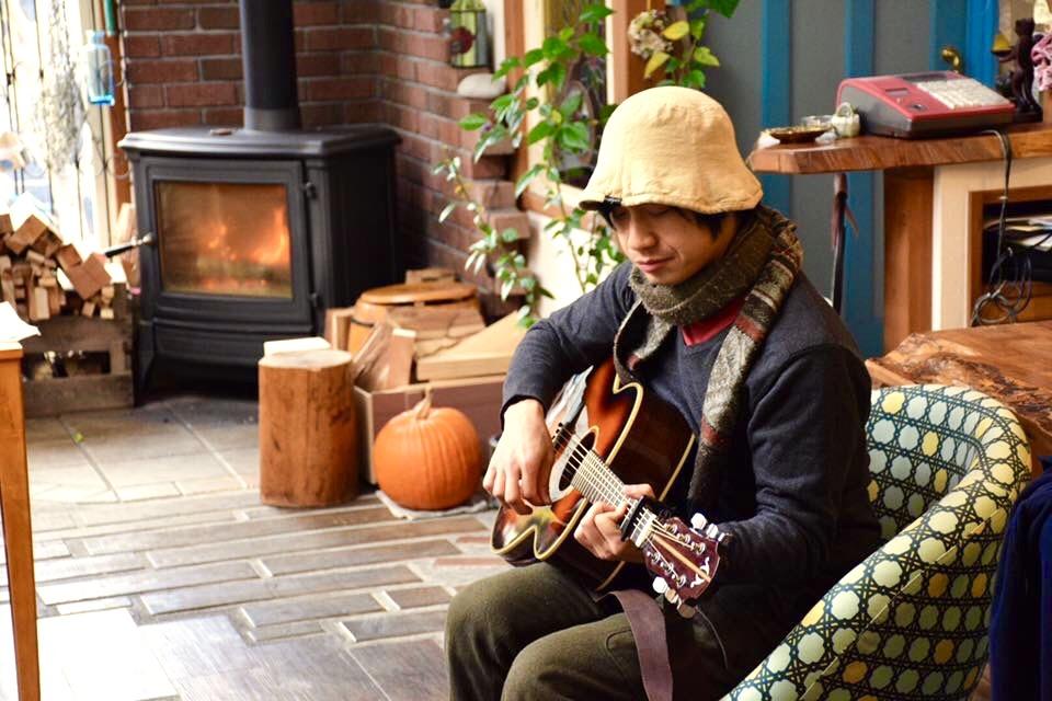カフェで演奏。