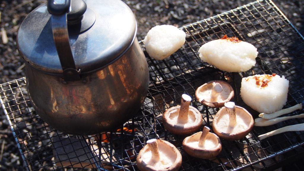 焚き火で焼いてみる食べ物。