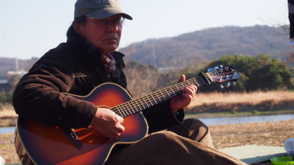 ギターを弾く参加者。