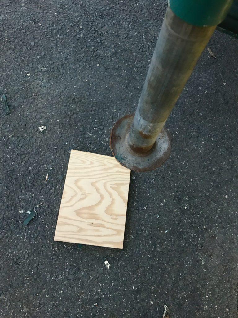下に敷く板。