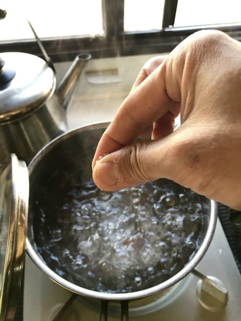塩を一つまみ。