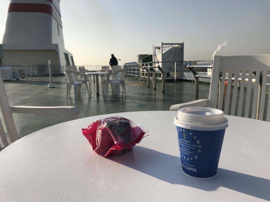 甲板でコーヒー。