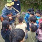 子どもたちと演奏。