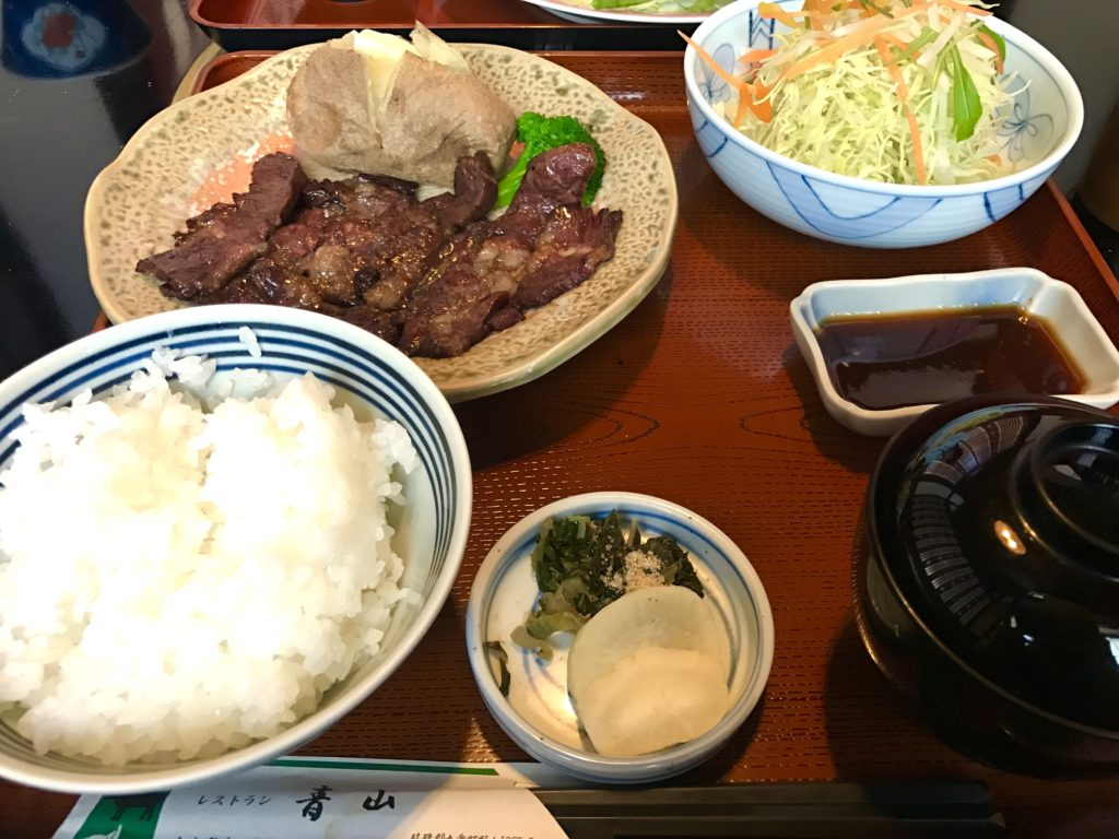 牛肉の網焼き。