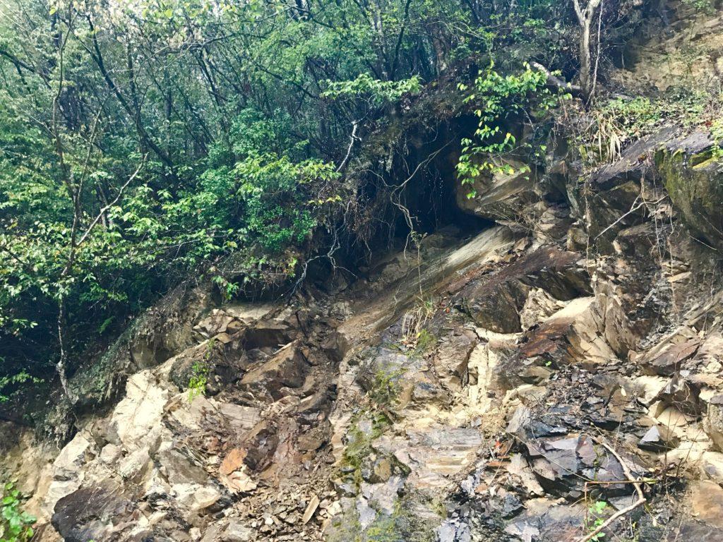 崩れてくる岩2
