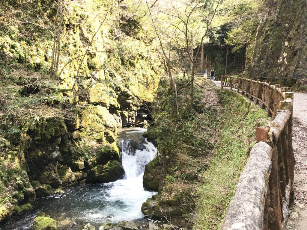 龍双ヶ滝の先へ。