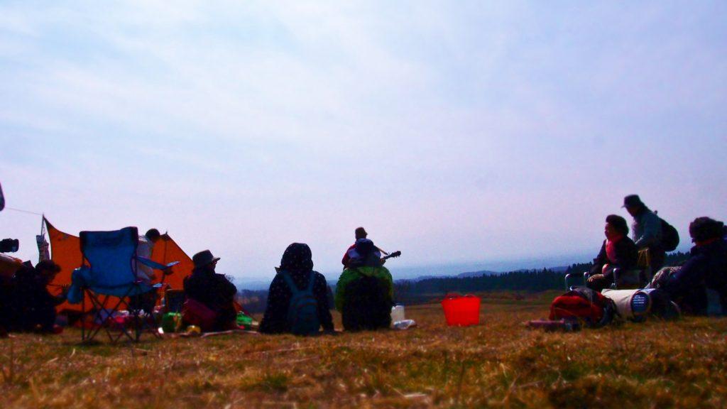 高原で演奏。