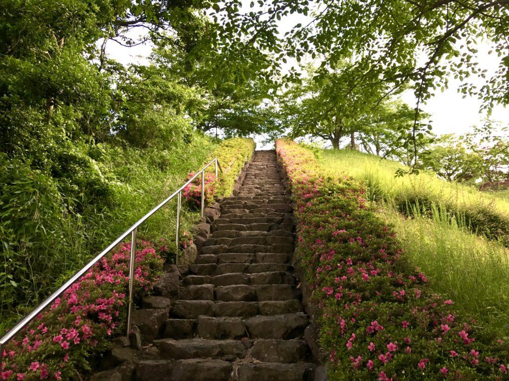 急な階段。