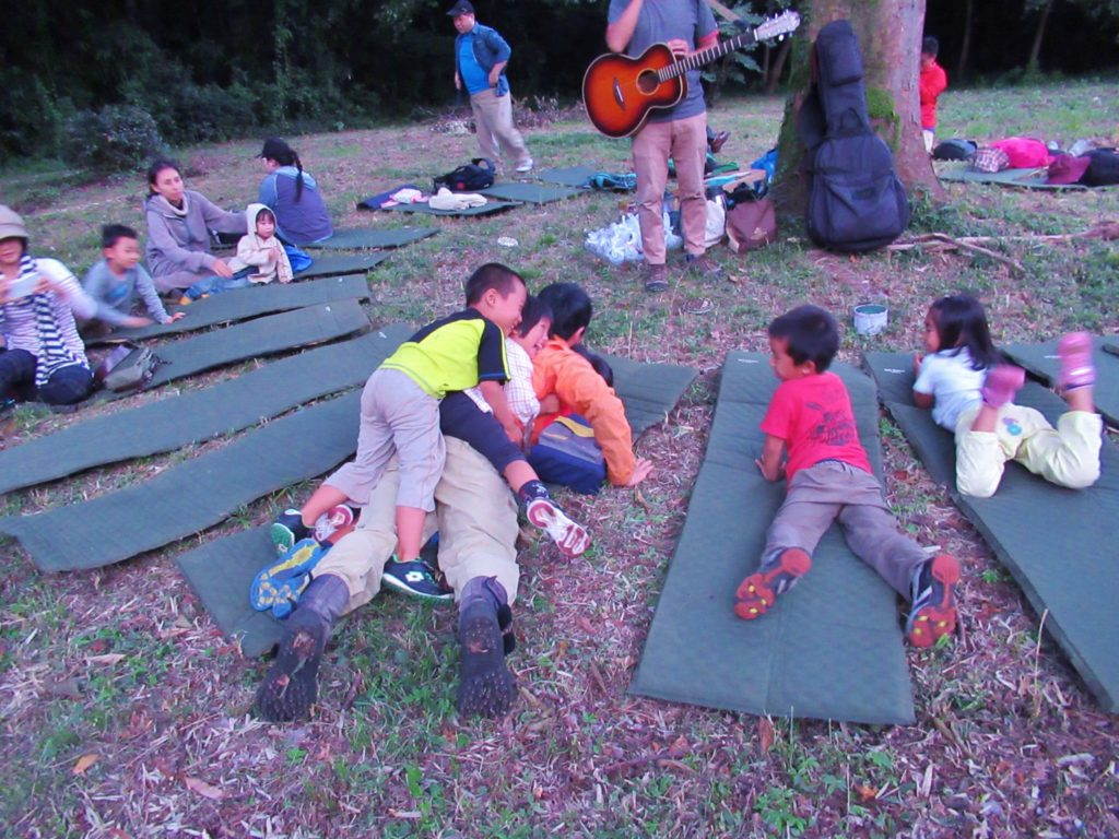 ケヤキ広場と子ども達。