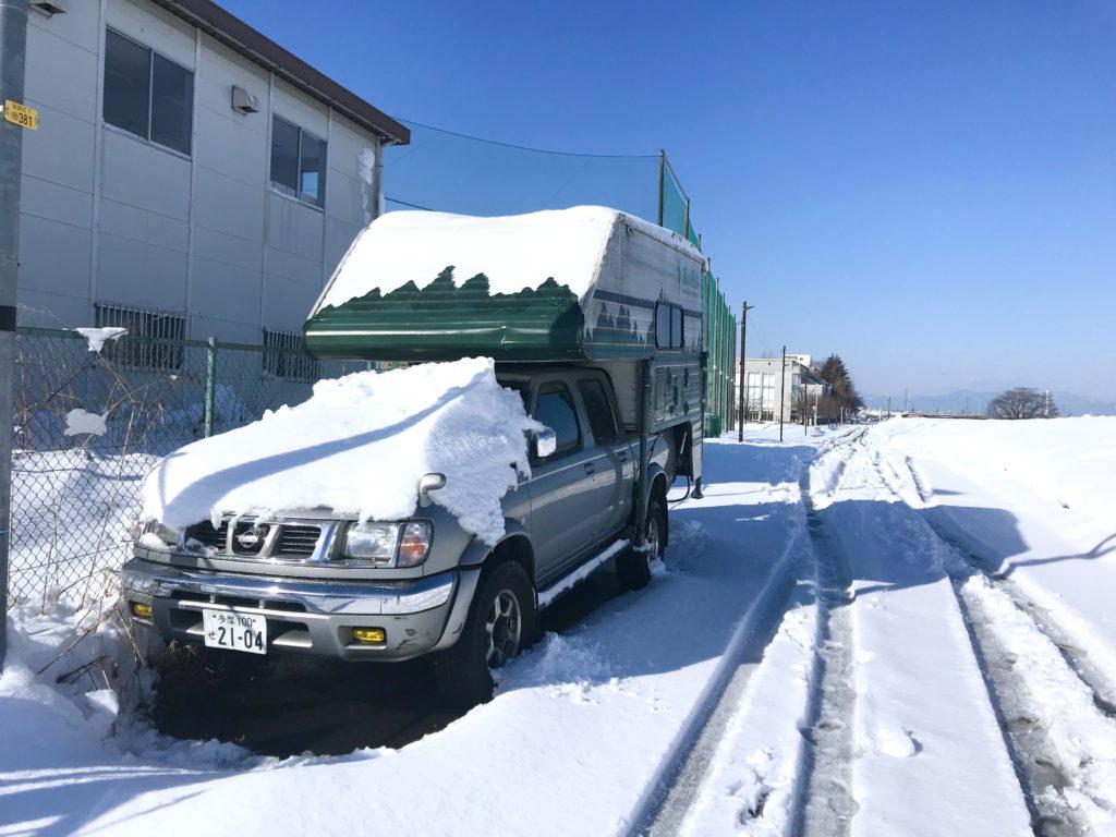 雪とココニクル号。